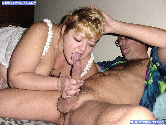 Тракторист и доярка развлекаются после работы. . Зрелая женщина сосет у му